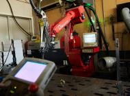 ロボット溶接機とコントローラーの写真